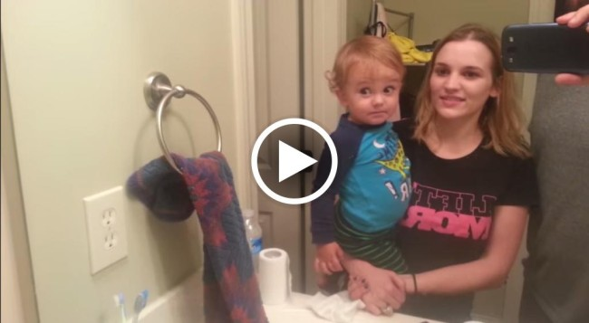 Le sopracciclia si alzano che divertimento davanti allo specchio - Bambini che si guardano allo specchio ...