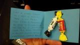 Il suo primo volo a 5 mesi: i genitori distribuiscono caramelle ai passeggeri