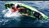 Si ritrova uno squalo attaccato all'amo, e cade in acqua!