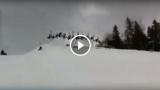 25 ragazzi saltano con gli sci tenendosi per mano, WOW