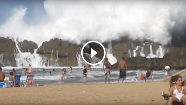 Enormi onde scavalcano le rocce nella piscina naturale più suggestiva del mondo