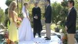 Il testimone inciampa, cade addosso alla sposa e…