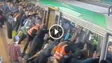 Un uomo rimane incastrato e tutti i passeggeri spostano il treno per liberarlo