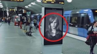 Cartello pubblicitario che si anima al passaggio del treno
