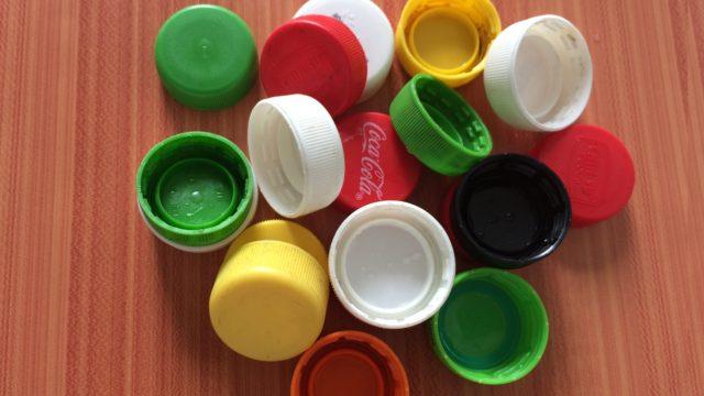 9 modi stupefacenti di utilizzare i tappi delle bottiglie di plastica