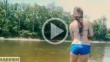 La ragazza guarda in acqua, estrae la freccia, imbraccia l'arco e….