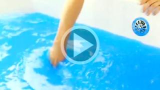 Versa una polverina nella vasca e trasforma l'acqua in una sostanza meravigliosa e divertente