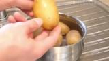 Trucco per pelare velocemente le patate lesse