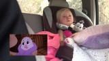 Una bambina che guarda il suo cartone animato preferito. La sua reazione è adorabile