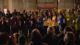 UNA TREGUA NATALIZIA: I commessi del Microsoft Store dedicano una canzone ai commessi dell'Apple Store