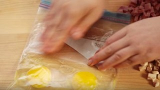 Omelette cotta nel sacchetto, leggera e senza condimenti