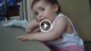 Questa bimba imita la mamma quando parla al telefono! Uno spasso!!